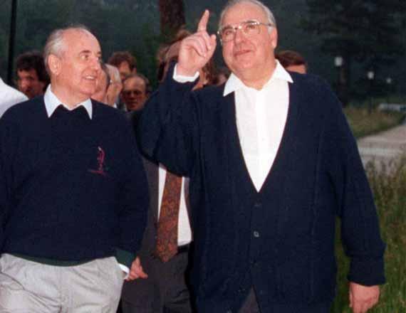 KARACHAEVO-CHERKESSIA. USSR President Mikhail Gorbachev and his spouse Raisa and German Chancellor Helmut Kohl, right, have a walk prior to their talks at the resort settlement of Arkhyz on July 16,1990. (Photo ITAR-TASS / Yuri Lizunov and Konstantin Tarusov) Êàðà÷àåâî-×åðêåññêàÿ àâòîíîìíàÿ îáëàñòü. 16 èþëÿ 1990 ãîäà â êóðîðòíîì ïîñåëêå Àðõûç ïðîøëè ïåðåãîâîðû ïðåçèäåíòà ÑÑÑÐ Ìèõàèëà Ñåðãååâè÷à Ãîðáà÷åâà ñ ôåäåðàëüíûì êàíöëåðîì ÔÐà Ãåëüìóòîì Êîëåì. Íà ñíèìêå: Ìèõàèë Ãîðáà÷åâ ñ æåíîé Ðàèñîé Ìàêñèìîâíîé è Ãåëüìóò Êîëü (ñïðàâà) âî âðåìÿ ïðîãóëêè ïåðåä íà÷àëîì ïåðåãîâîðîâ. Ôîòî Þðèÿ Ëèçóíîâà è Êîíñòàíòèíà Òàðóñîâà /Ôîòîõðîíèêà ÒÀÑÑ/.